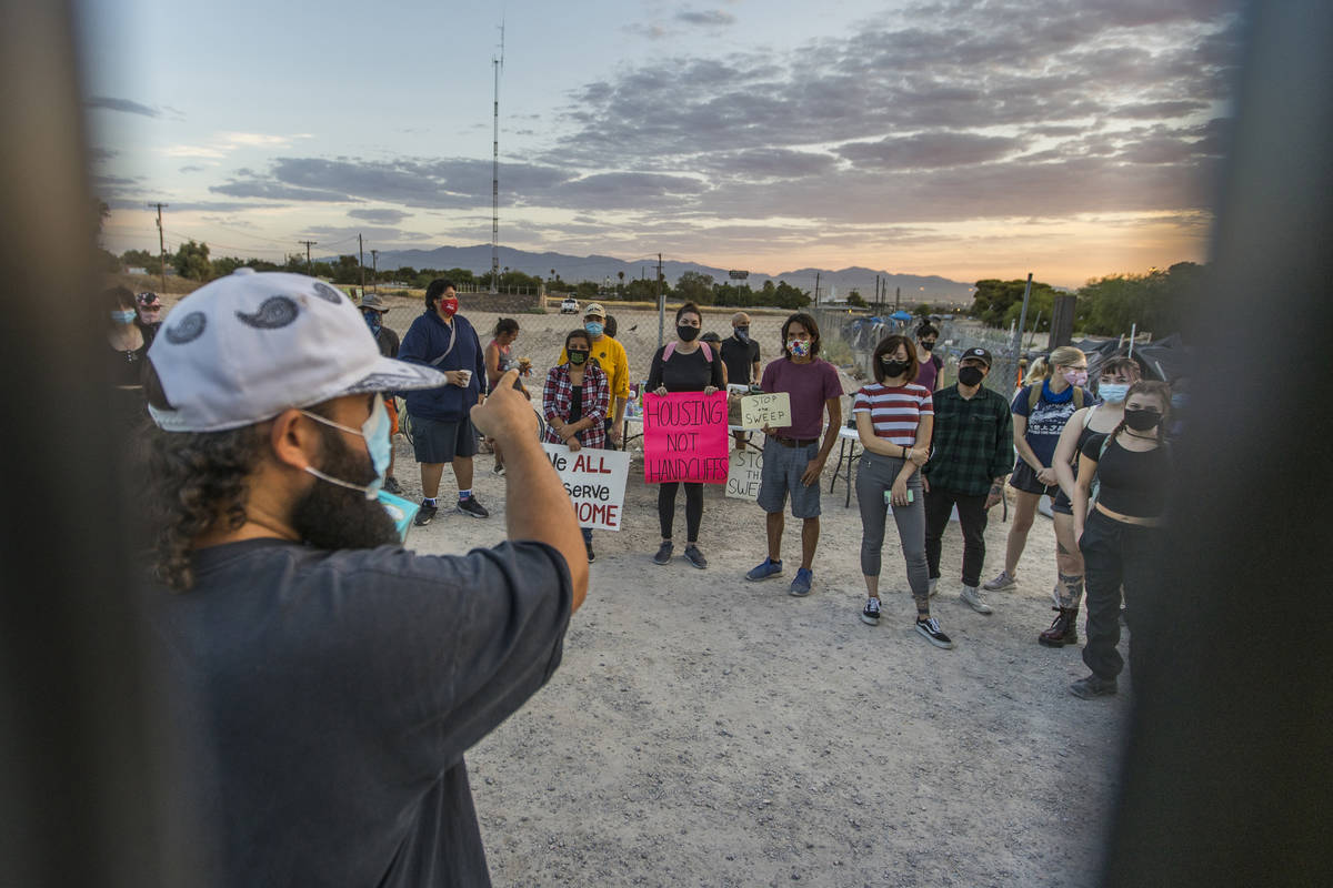 """Joey Lankowski, organiza a los miembros de """"Food Not Bombs"""", el """"Sidewalk Project"""" y otros part ..."""