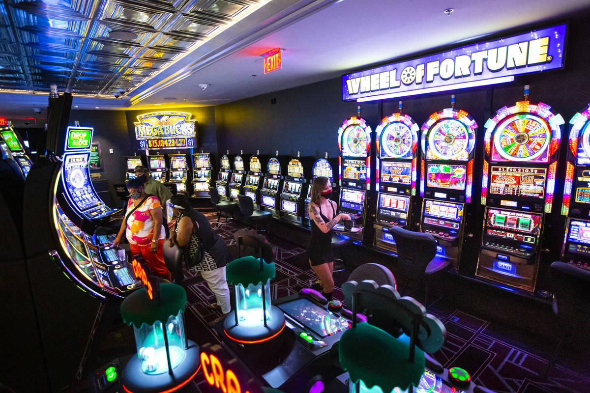 Una camarera de cócteles camina junto a las máquinas en The D Las Vegas el martes, 11 de agos ...