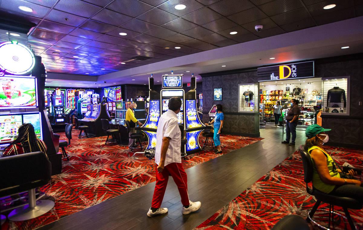 Clientes caminan por el casino mientras otros juegan en The D Las Vegas el martes, 11 de agosto ...