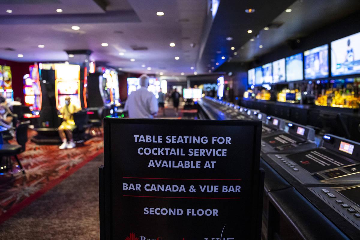Un cartel en el Longbar, cerrado por mandato estatal, en The D Las Vegas el martes, 11 de agost ...