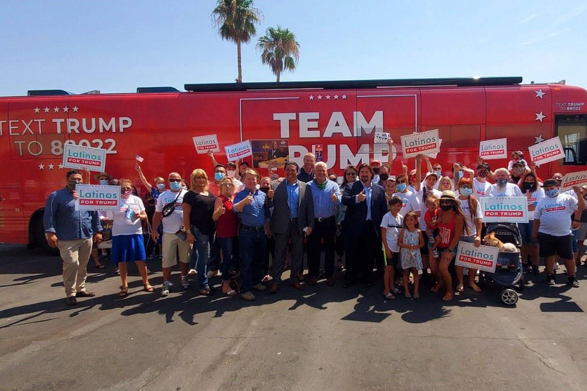 """El autobús del """"Team Trump On Tour"""" se detuvo en Nevada el lunes. Los representantes de la c ..."""