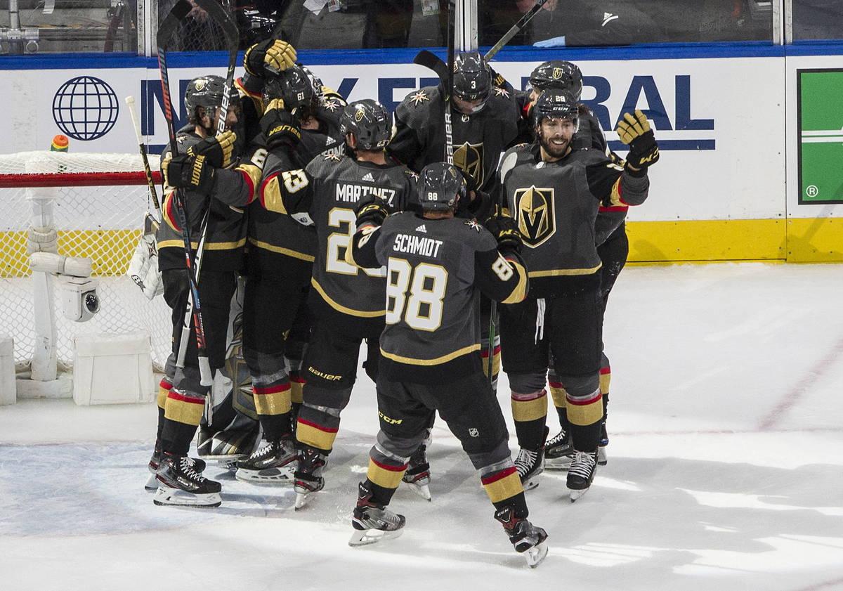 Los Golden Knights de Las Vegas celebran después de ganar contra los Blackhawks de Chicago en ...