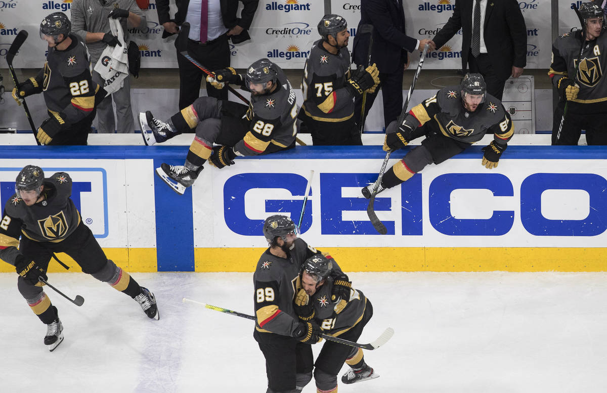 Los Golden Knights de Las Vegas celebran una victoria sobre los Chicago Blackhawks durante el q ...