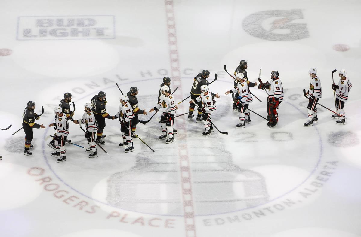 Los Golden Knights de Las Vegas y los Blackhawks de Chicago se dan la mano después de que los ...