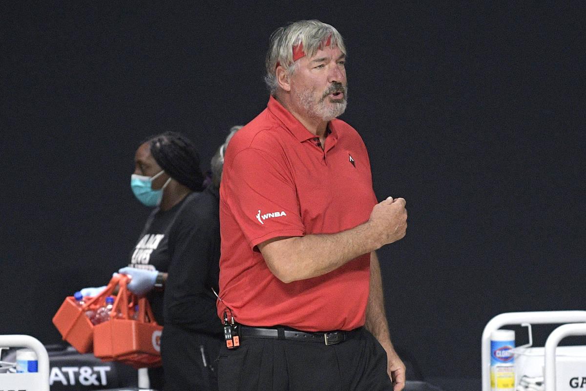 El entrenador de las Aces de Las Vegas, Bill Laimbeer, reacciona después de una jugada durante ...