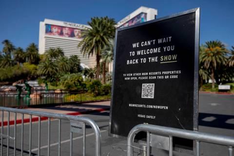Un letrero bloquea la entrada del Mirage a lo largo del Strip de Las Vegas el miércoles, 12 de ...