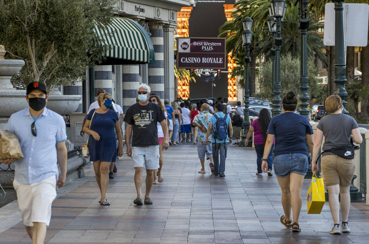 Visitantes deambulan por el Strip el viernes, 7 de agosto de 2020, en Las Vegas. La Autoridad d ...