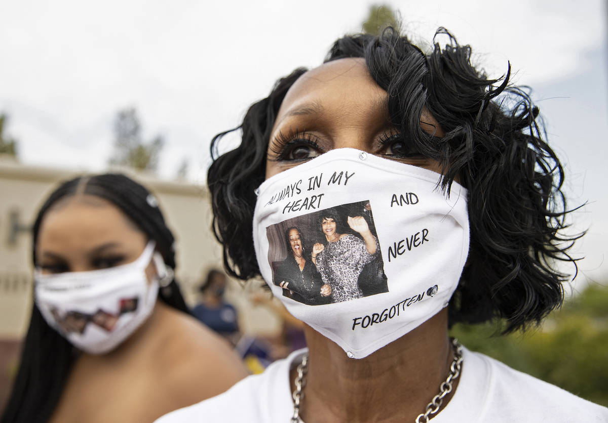 Anaya Ducree, derecha, lleva un cubrebocas en honor a la trabajadora de Dignity Health St. Rose ...