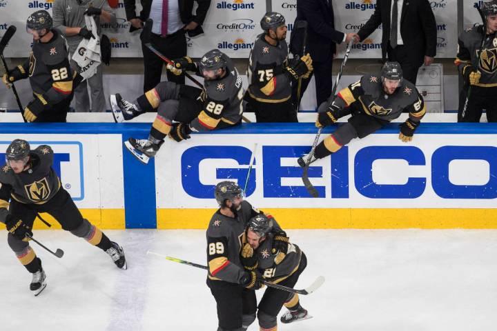 Los Vegas Golden Knights celebran su victoria sobre los Chicago Blackhawks durante el quinto ju ...