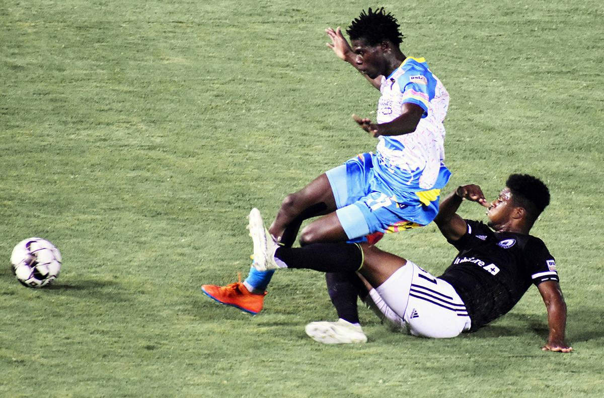Uno de los jugadores que logró desequilibrar a la defensa visitante fue Yamikani Chester (11), ...