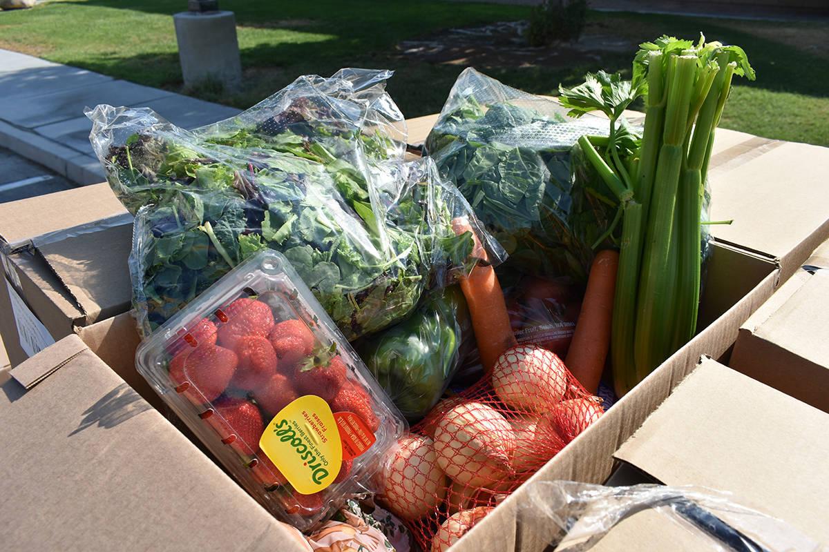 Esta caja muestra las frutas y vegetales que recientemente fueron entregadas a personas afectad ...