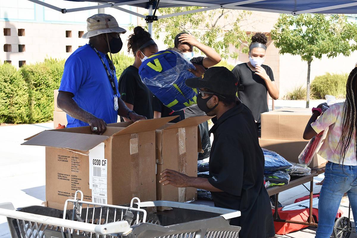 Personas sin vehículo pudieron acudir a recibir alimentos en el evento realizado por Chefs4Veg ...
