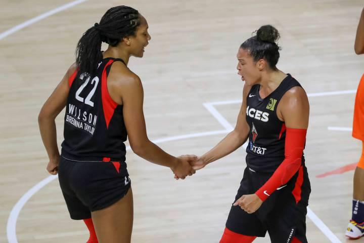 Kayla McBride, derecha, celebra con A'ja Wilson después de haber anotado contra Connecticut Su ...
