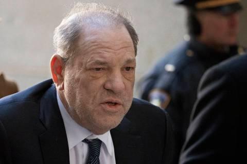 En esta fotografía de archivo del 21 de febrero de 2020, Harvey Weinstein llega a un tribunal ...