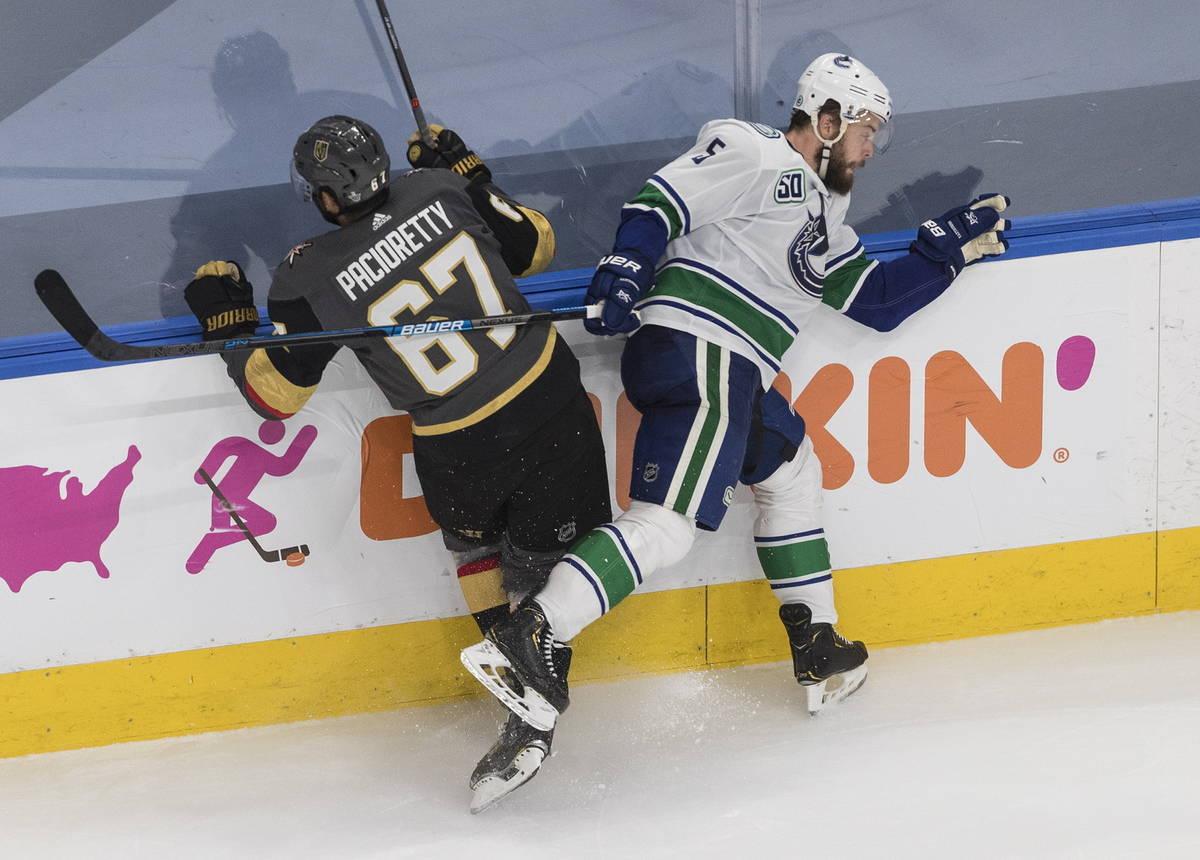 Oscar Fantenberg (5) de los Vancouver Canucks derriba a Max Pacioretty (67) de los Knights de L ...