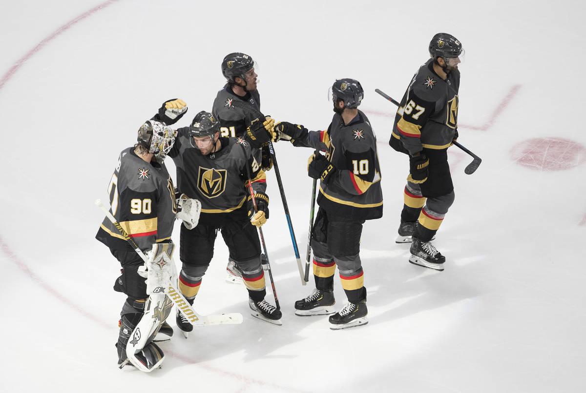 Los Vegas Golden Knights celebran su victoria contra los Vancouver Canucks en el Juego 1 de una ...