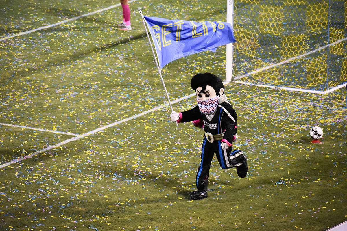 La mascota de Las Vegas Lights FC, Cash, alienta a los suyos previo al inicio del segundo tiemp ...