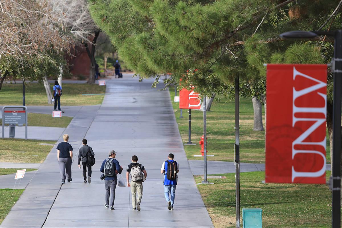 En esta foto de archivo, estudiantes caminan por una acera en la UNLV el jueves 9 de febrero de ...