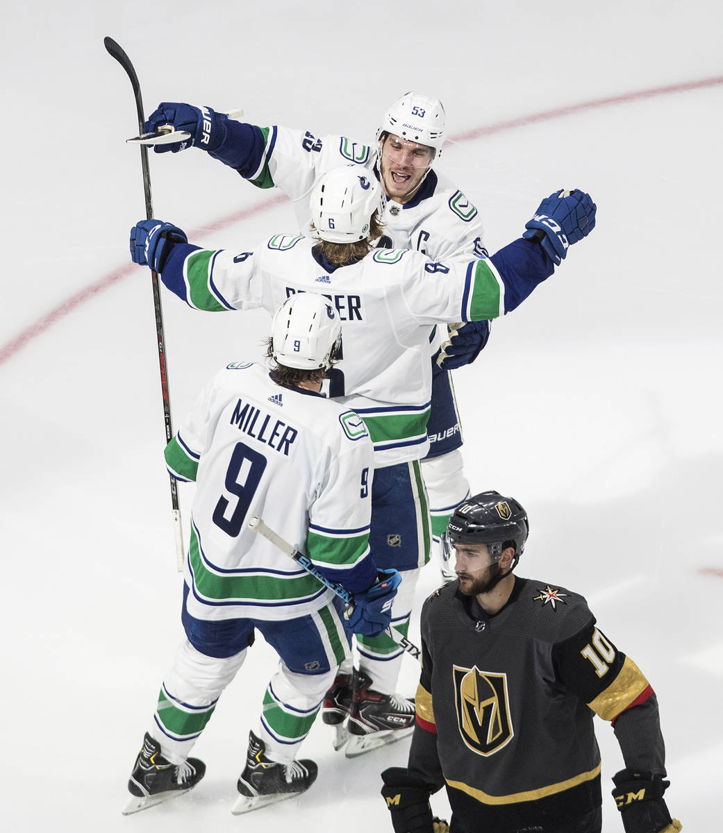 Los Vancouver Canucks, Bo Horvat (53), Brock Boeser (6) y J.T. Miller (9) celebran un gol duran ...