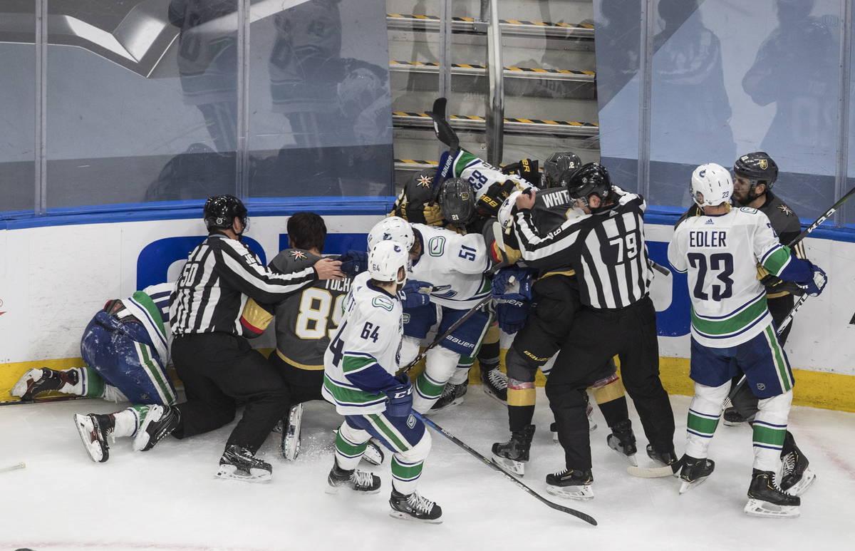 Los Vegas Golden Knights y los Vancouver Canucks se pelean en el tercer tiempo del segundo jueg ...