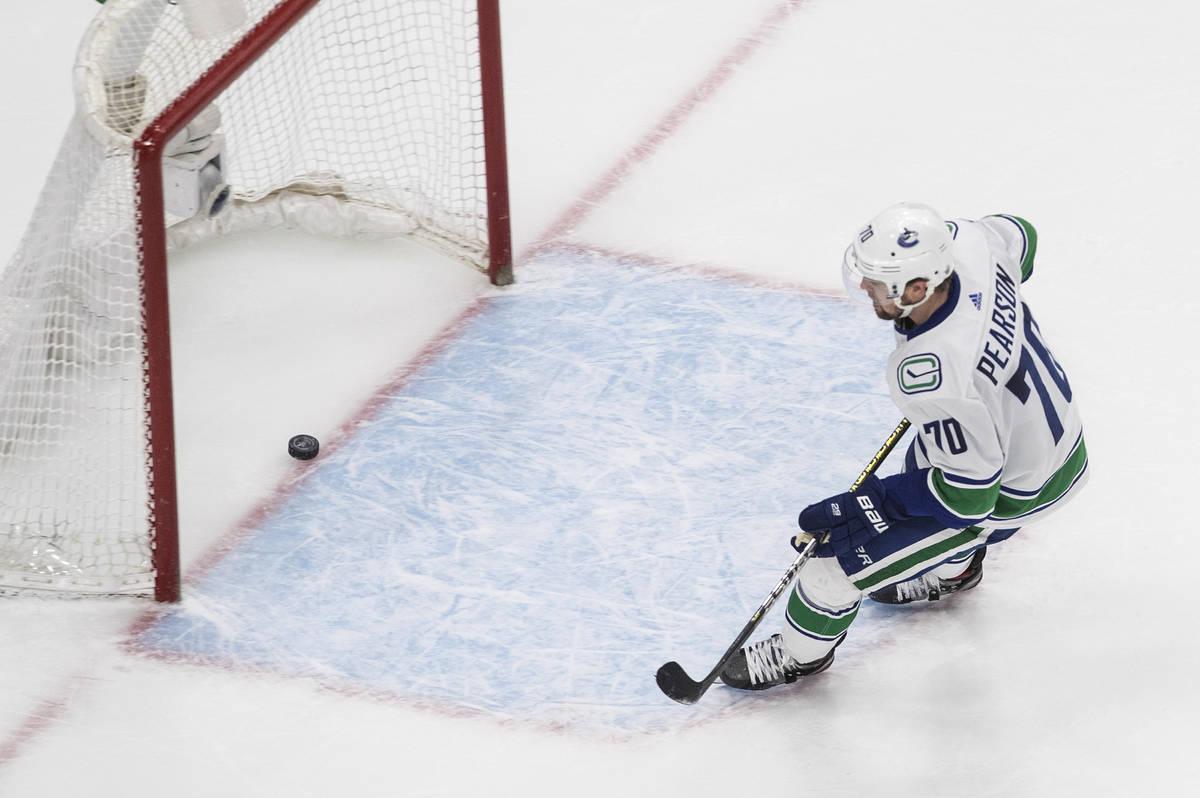 Tanner Pearson (70) de los Vancouver Canucks anota un gol de red vacía contra los Vegas Golden ...