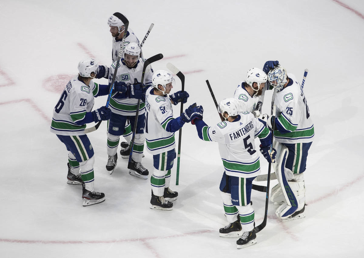Los Vancouver Canucks celebran su victoria contra los Golden Knights de Las Vegas durante el se ...
