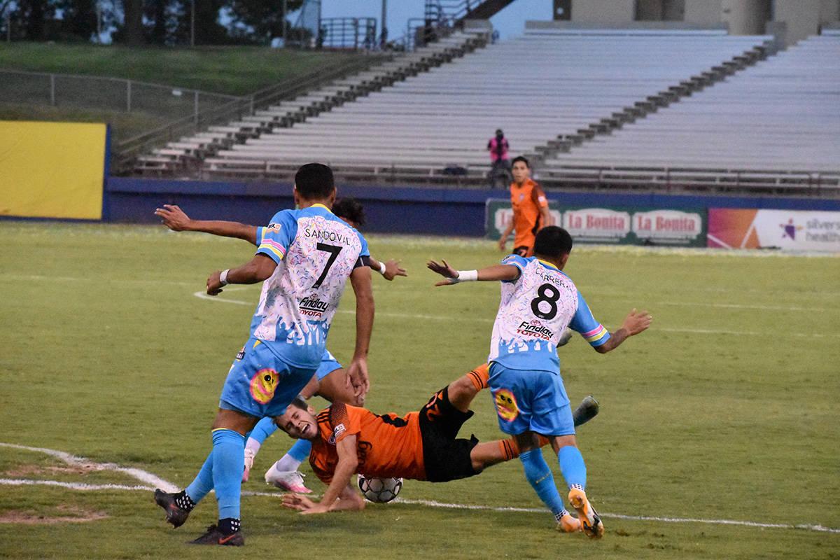 Esta falta ocasionó la pena máxima, que el árbitro decretó y mediante el cual, el equipo vi ...