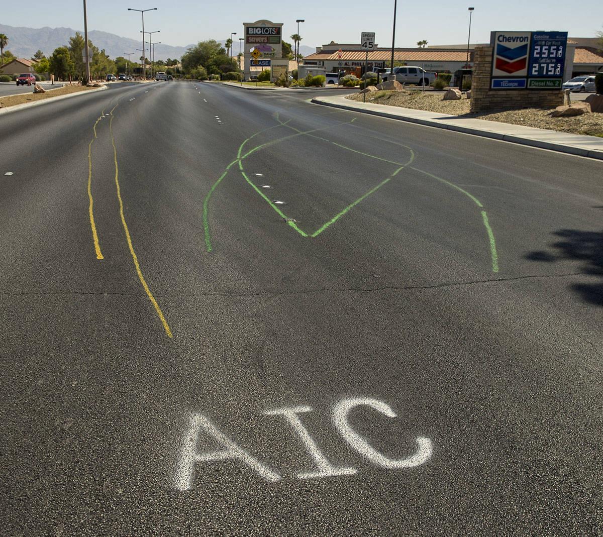 Marcas de la escena del accidente donde Lauren Prescia chocó su vehículo a alta velocidad un ...