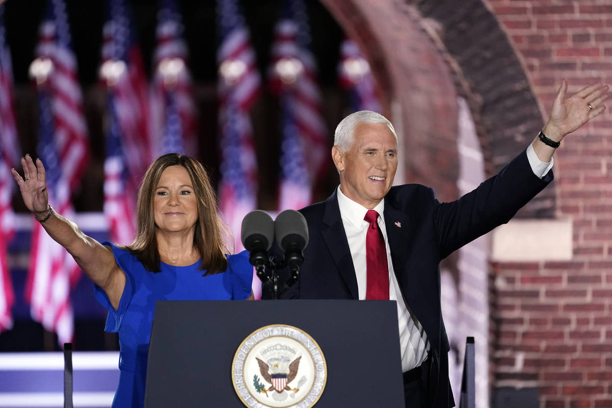 El Vicepresidente Mike Pence llega con su esposa Karen Pence para hablar en el tercer día de l ...