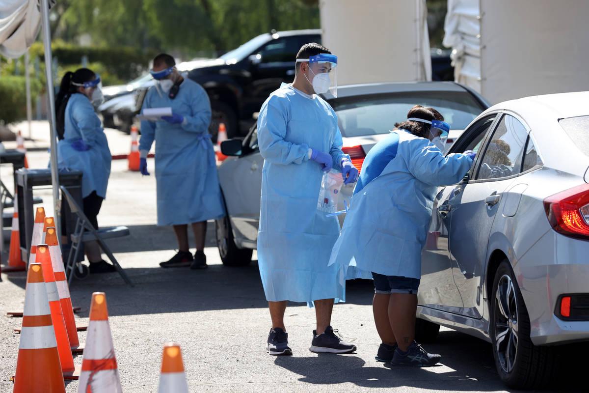 Los asistentes médicos certificados por UNLV Medicine y los miembros de la Guardia Nacional de ...