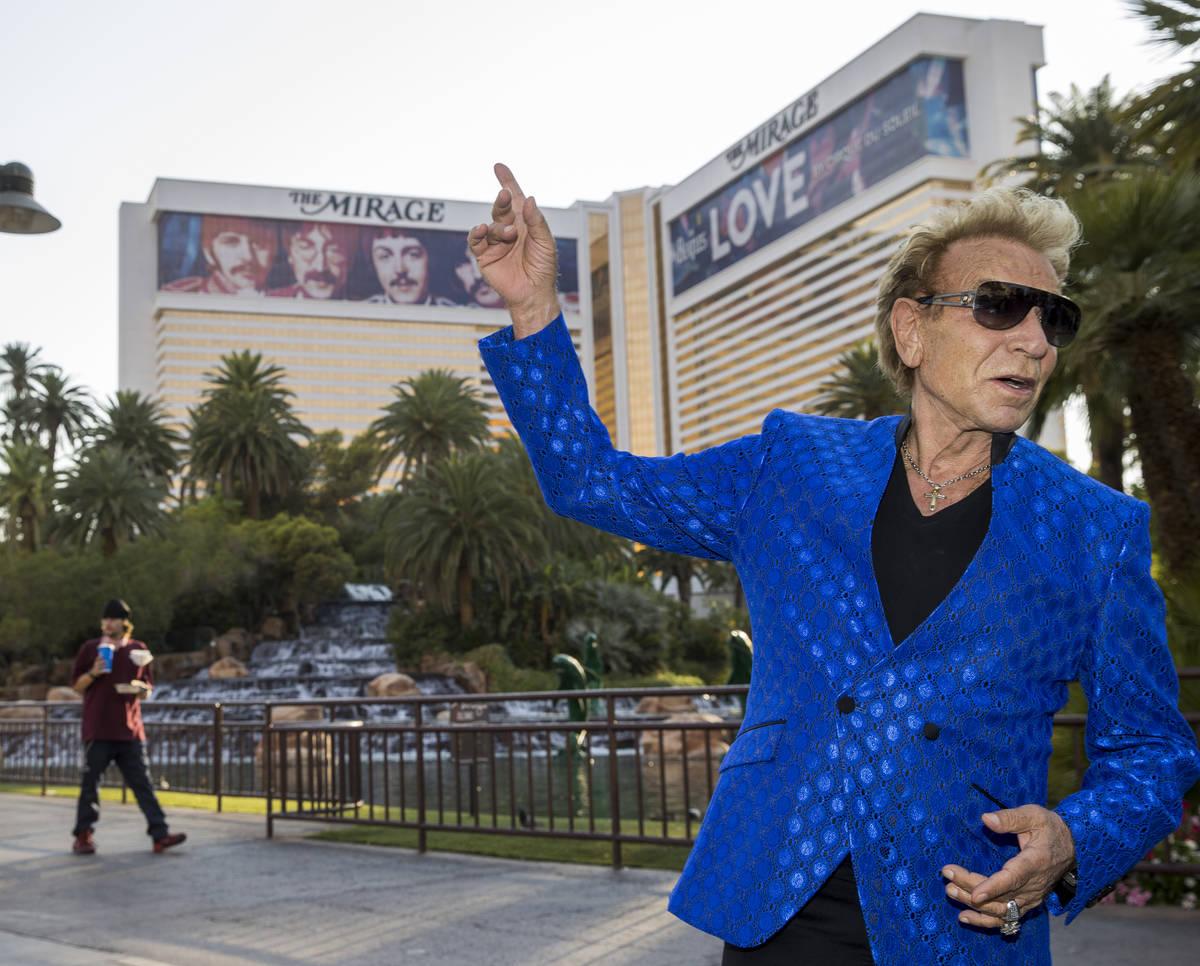 Siegfried Fischbacher en el Strip mientras rebautizan la calle que da al Mirage como Siegfried ...
