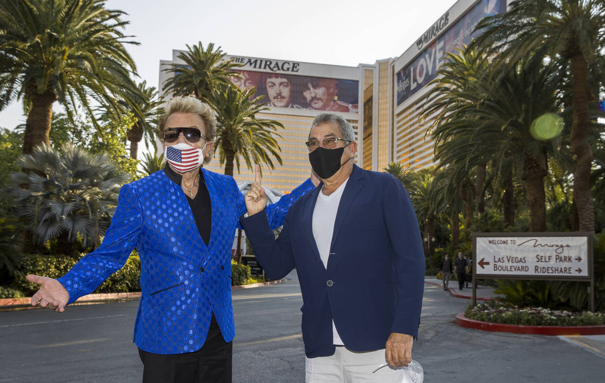 Siegfried Fischbacher y Kenny Ortga en el Strip mientras rebautizan la calle que da al Mirage c ...