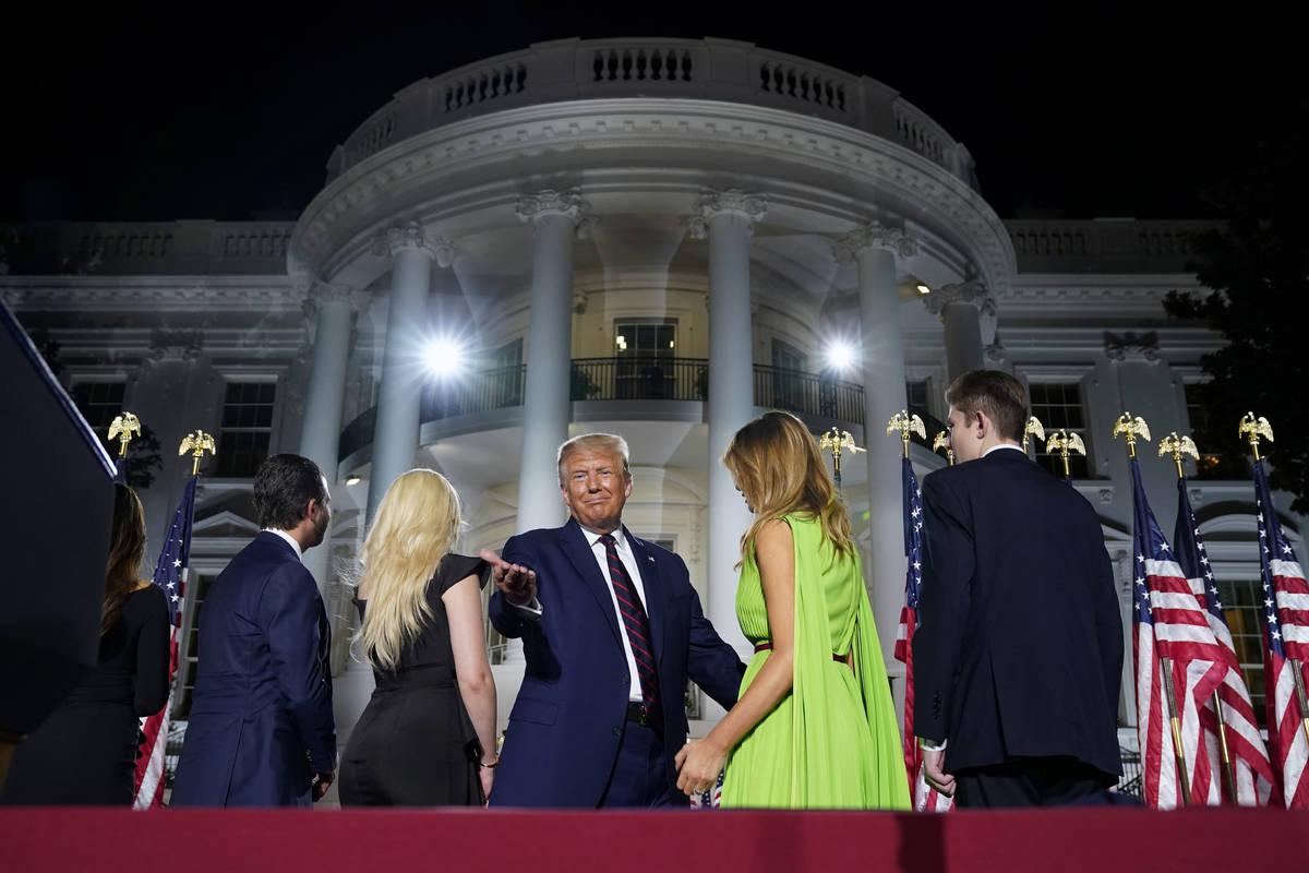 De izquierda a derecha, Donald Trump Jr., Tiffany Trump, el presidente Donald Trump, la primera ...