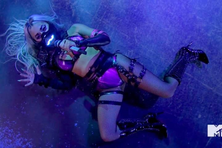 En este video publicado el domingo, 30 de agosto de 2020 por MTV, Lady Gaga se presenta durante ...