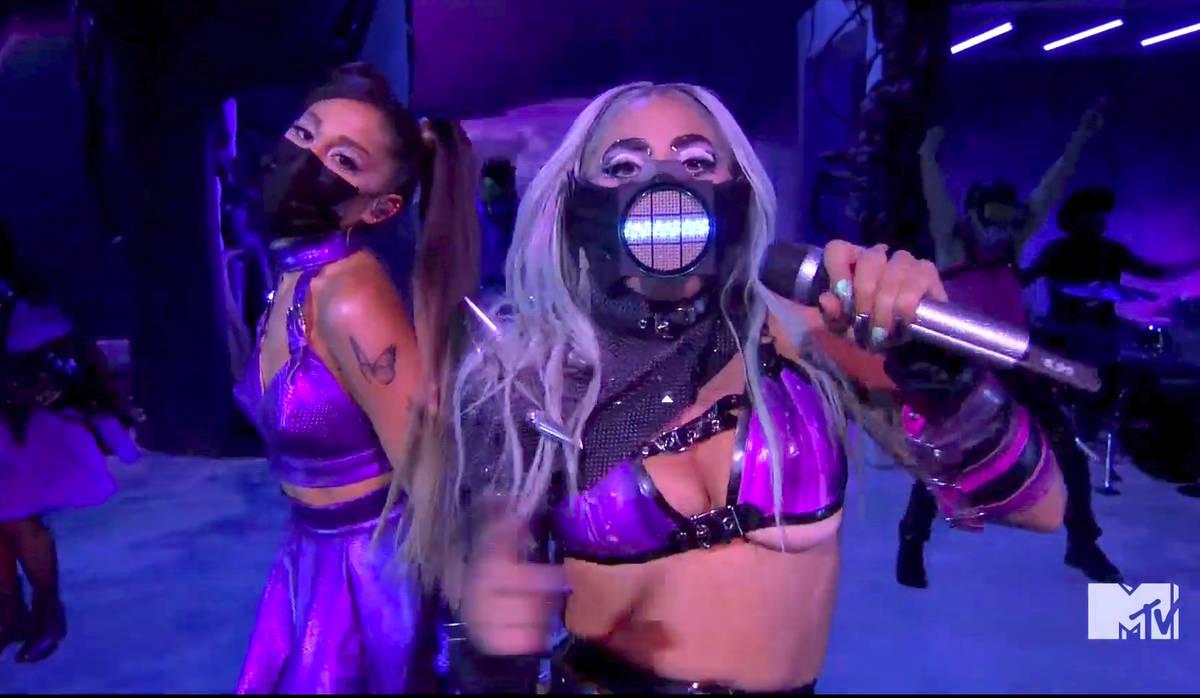 En este video publicado el domingo, 30 de agosto de 2020 por MTV, Lady Gaga y Ariana Grande se ...