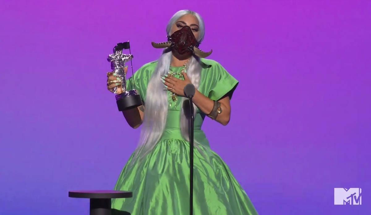 En este video publicado el domingo, 30 de agosto de 2020 por MTV, Lady Gaga acepta el premio a ...