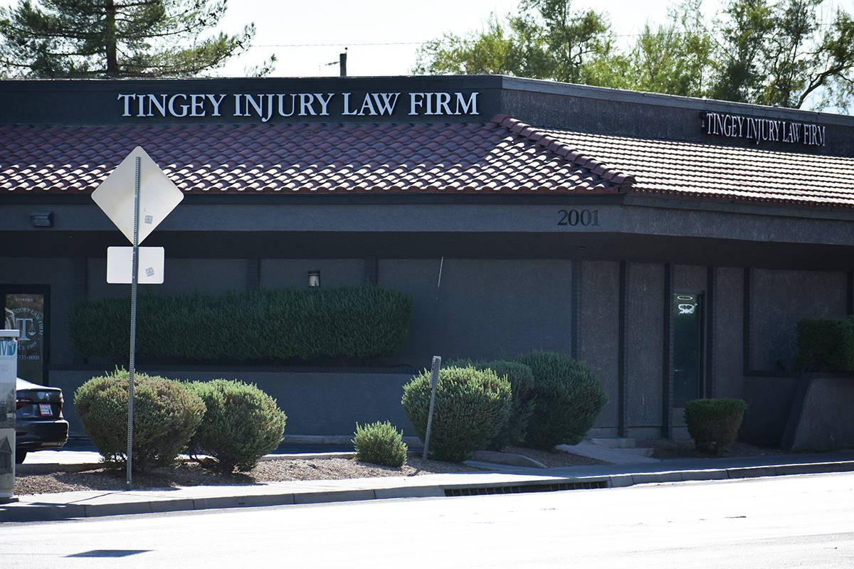 Oficina de Tingey Injury Law Firm, ubicada en 2001 W Charleston Blvd, Las Vegas, NV 89102. Lune ...