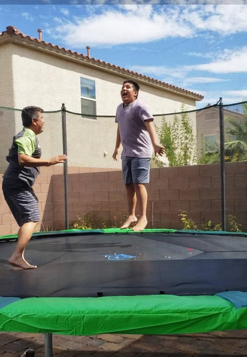 Mathew se divierte al lado de su padre Luis, durante un momento recreacional en su casa de Las ...