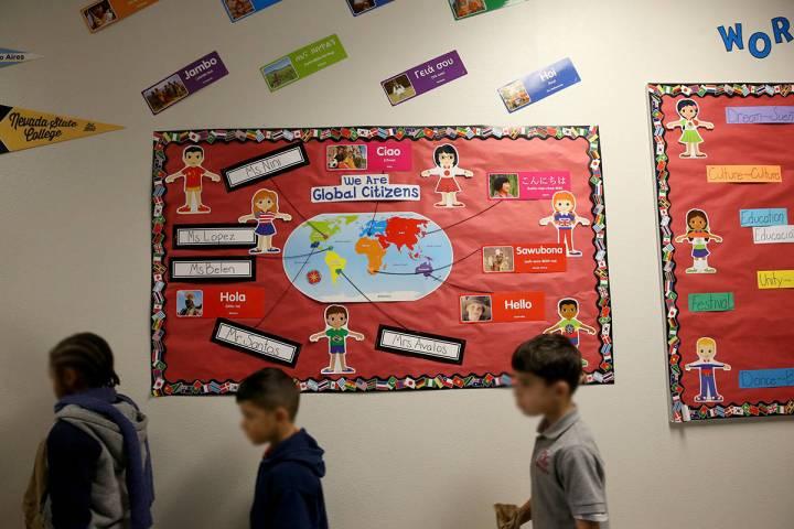 Los estudiantes caminan a clase después del desayuno en la escuela autónoma Mater Academy Mou ...
