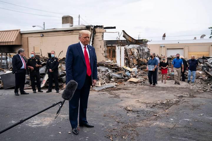 El presidente Donald Trump recorre un área el martes 1 de septiembre de 2020, dañada durante ...