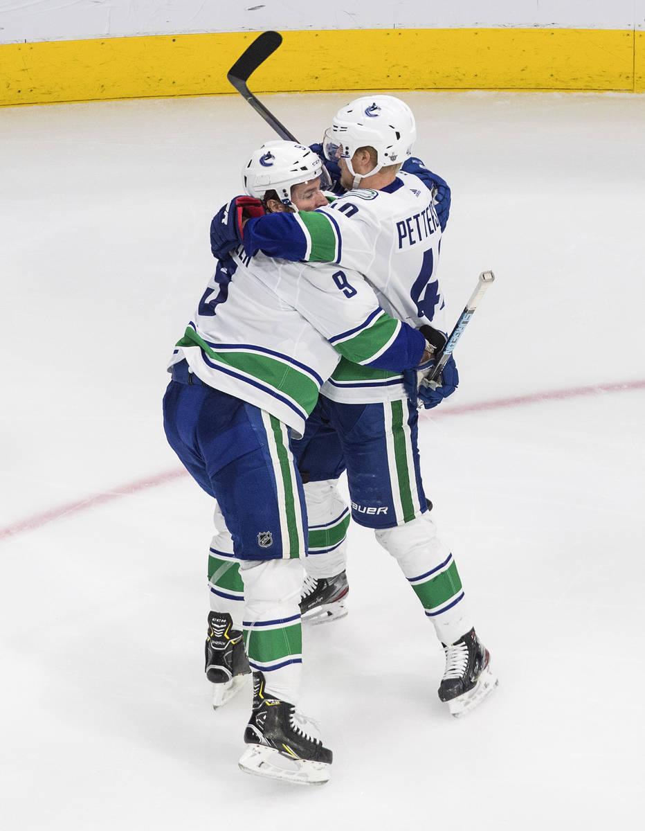 J.T. Miller (9) y Elias Pettersson (40) de los Vancouver Canucks, celebran un gol contra los Go ...
