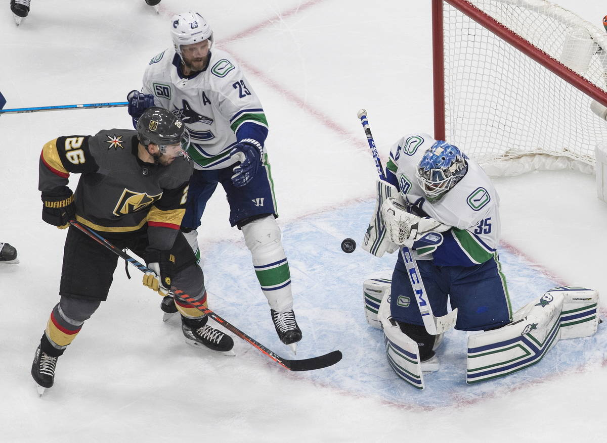El portero de los Canucks de Vancouver, Thatcher Demko (35), hace una atajada mientras Paul Sta ...