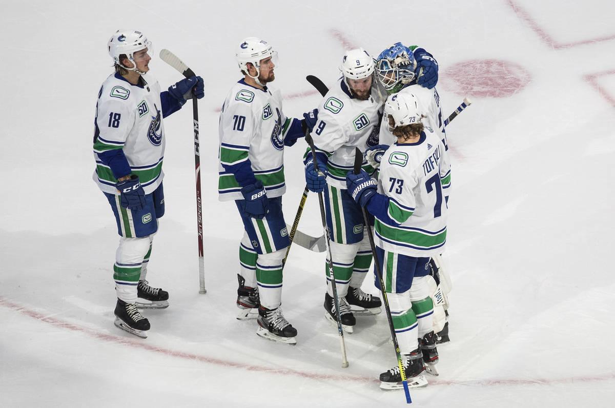 Los Vancouver Canucks celebran la victoria del equipo sobre los Golden Knights de Las Vegas en ...