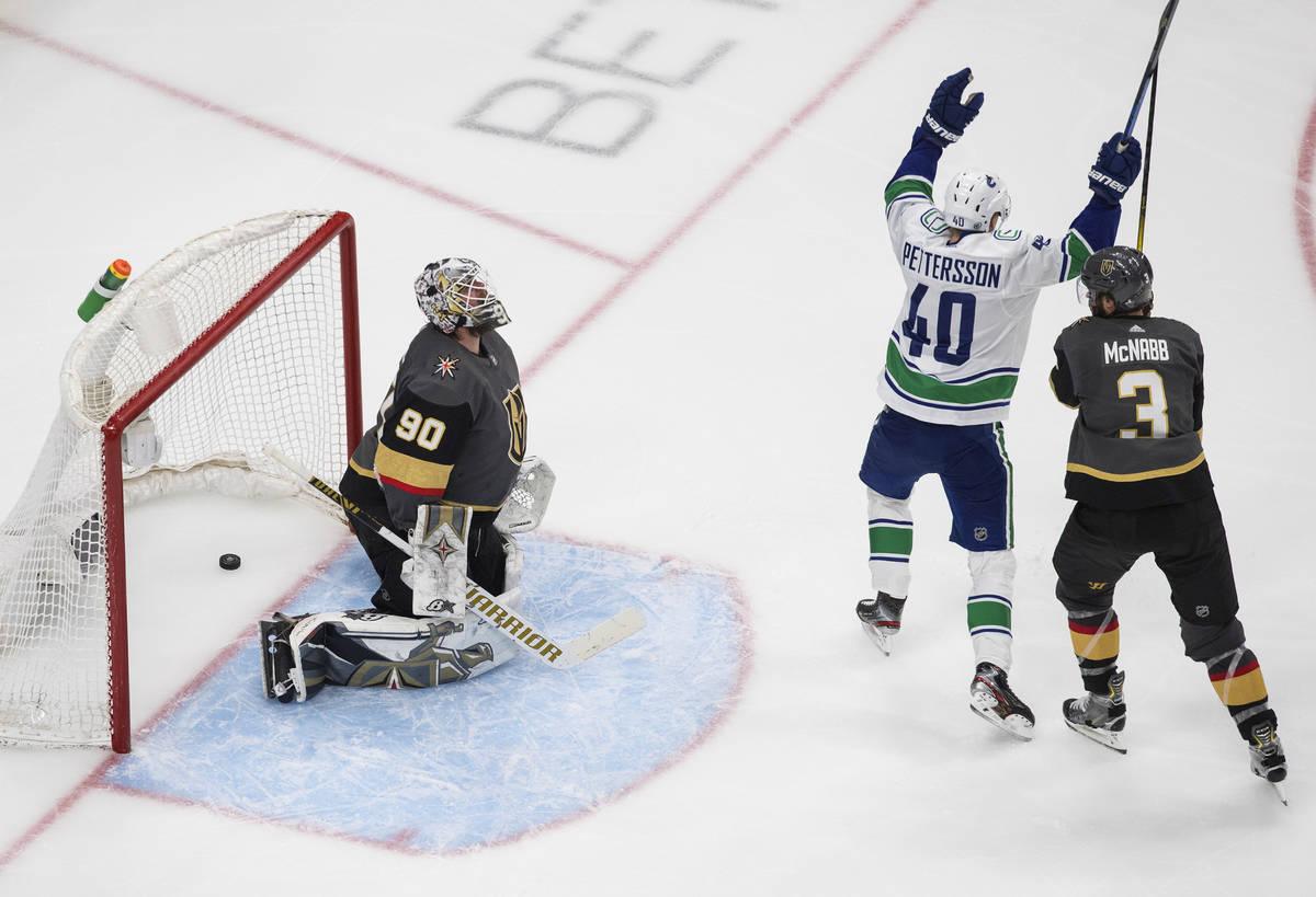 Elias Pettersson de los Vancouver Canucks (40) celebra un gol contra los Golden Knights de Las ...