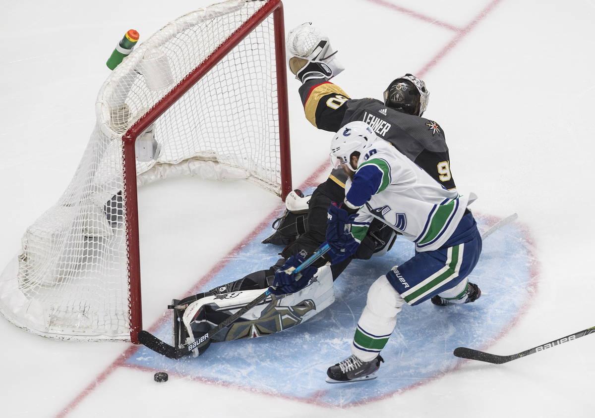 Brandon Sutter (20) de los Vancouver Canucks es detenido por el portero de los Vegas Golden Kni ...