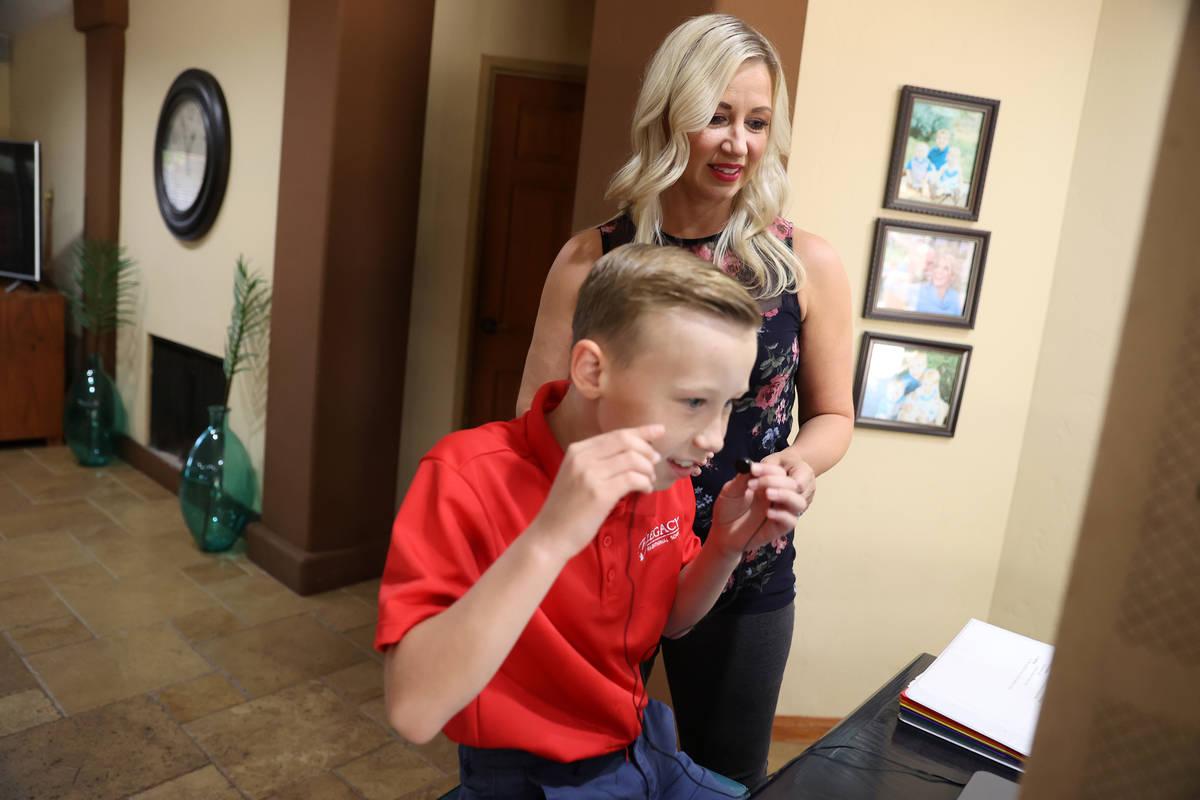 Katy Larrabee supervisa a su hijo Levi, de 9 años, estudiante de Legacy Traditional School, mi ...