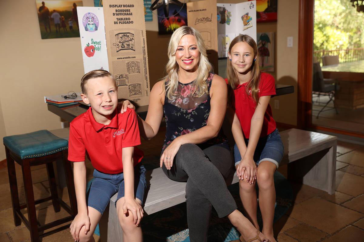 Katy Larrabee, al centro, con su hijo Levi, de 9 años, izquierda, y su hija Lily, de 10, posan ...