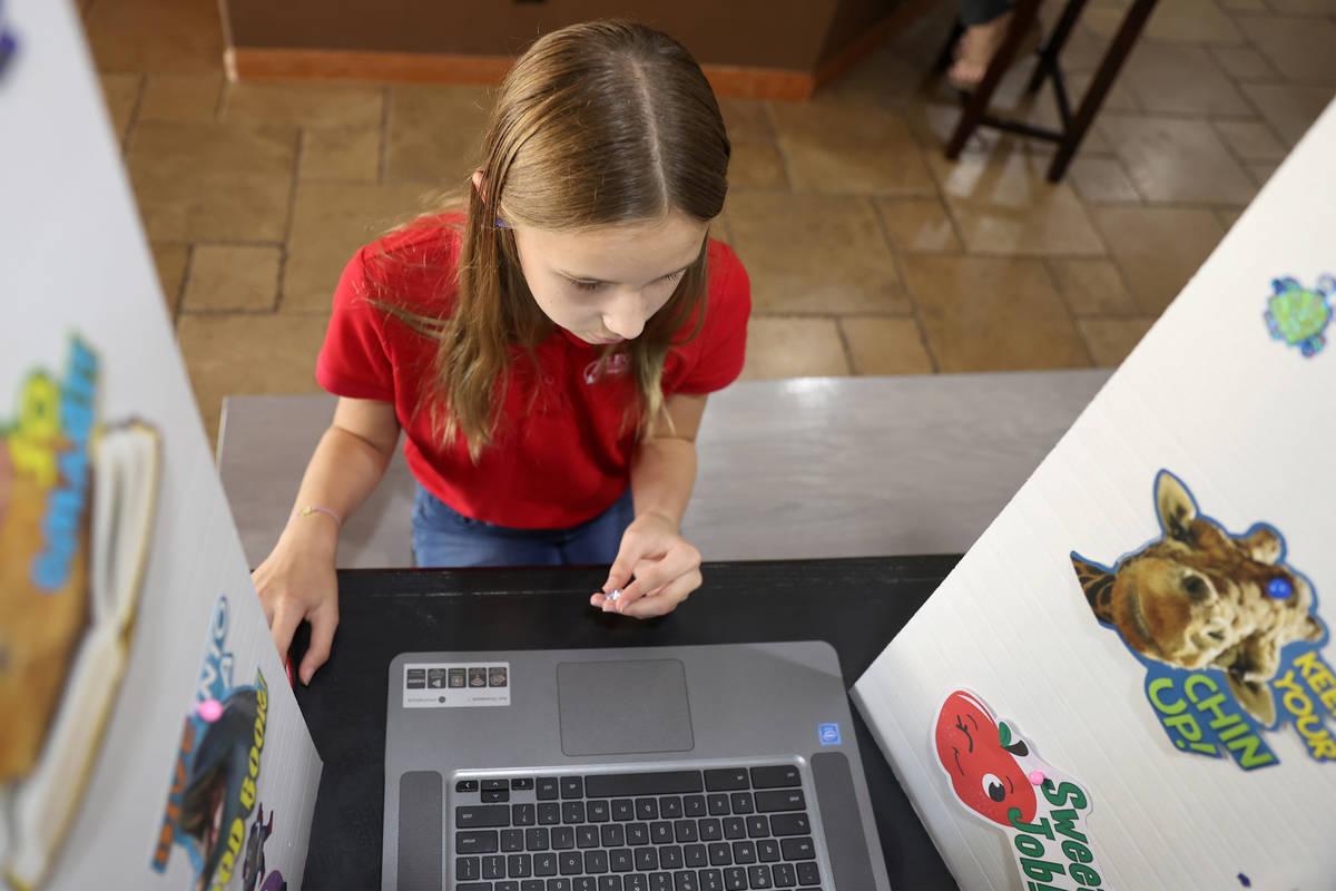 Lily Larrabee, de 10 años, estudiante de Legacy Traditional School, trabaja en su tarea desde ...