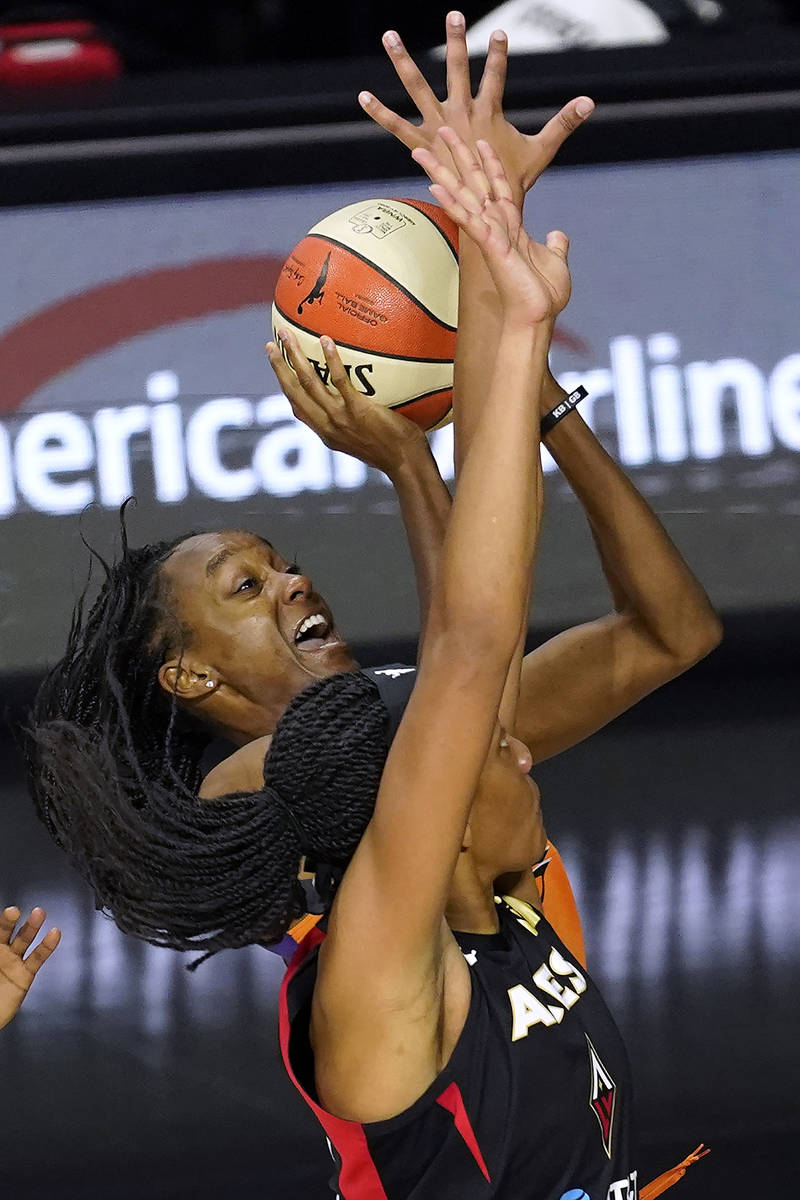 La escolta de Phoenix Mercury, Shatori Walker-Kimbrough, intenta lanzar el balón sobre la pív ...