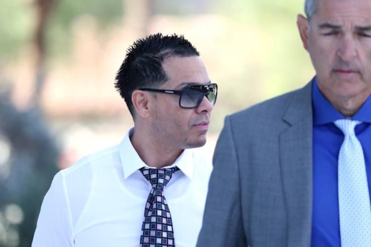 Ernesto Joshua Ramos, izquierda, camina hacia la corte de Lloyd George en Las Vegas con su abog ...
